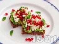 Рецепта Здравословни тост сандвичи с пълнозърнест хляб, авокадо, сирене и нар